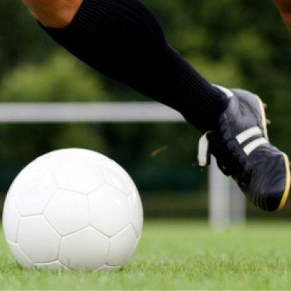 Football_player_dribbling_b4cfcdf392c2bb13cd27df72bb9d48e7